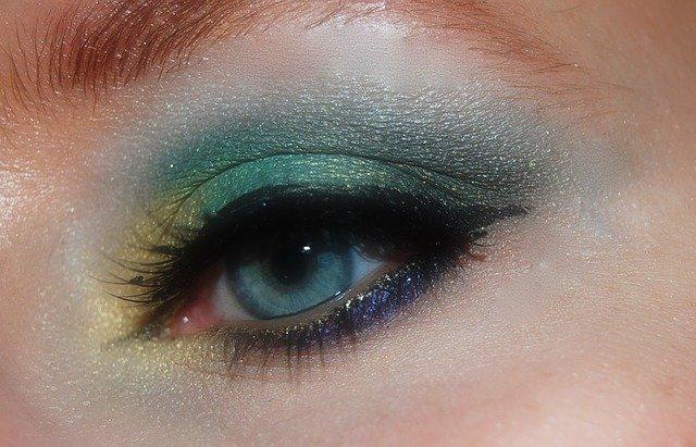 Na czym polega makijaż oczu?