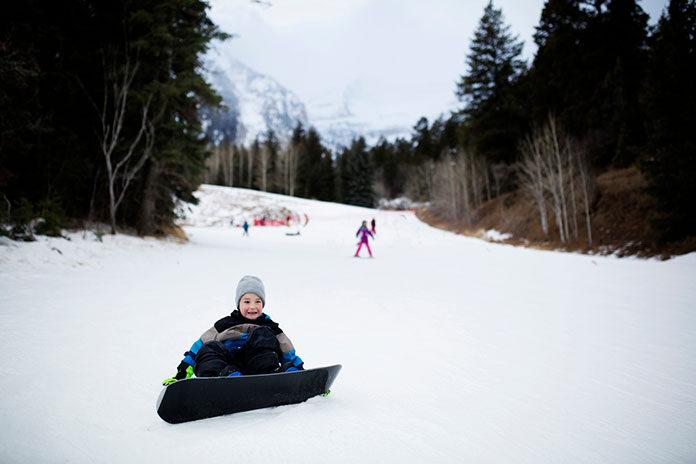Co wziąć pod uwagę wybierając obozy snowboardowe dla dziecka