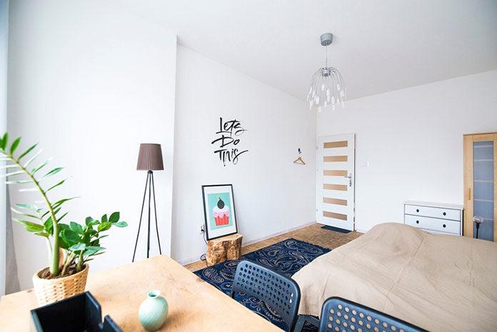 Lampa podłogowa w sypialni